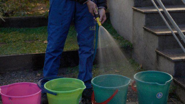 El lavado de autos y veredas es uno de los momentos donde más se desperdicia el agua