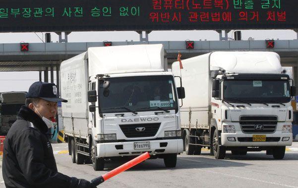 Bloqueo. Camiones surcoreanos regresan a su país tras el cierre de la planta industrial de Kaesong