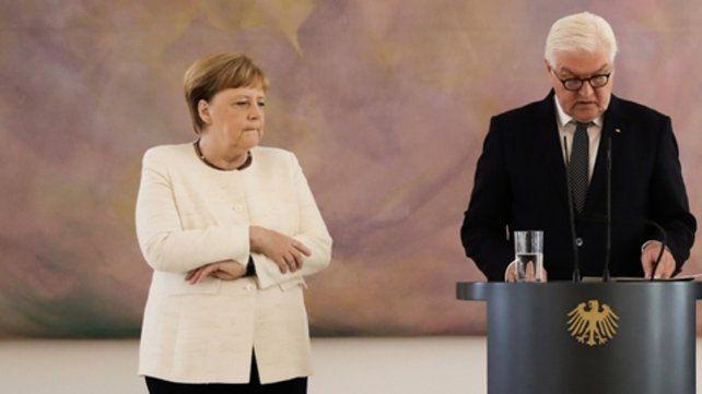 Semblante. Merkel intenta controlarse. A su lado