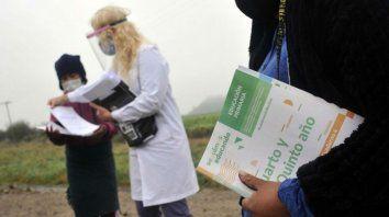 Un grupo de docentes, en plena tarea de reparto de cuadernillos a sus alumnos durante la pandemia.