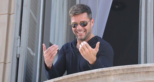 Ricky Martin saludó desde el balcón de un hotel céntrico