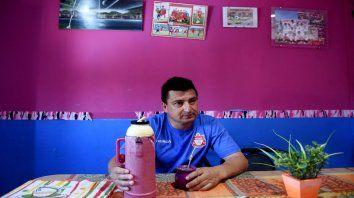 La casa de Antonio está plagada de fotos de sus hijos y los equipos de fútbol donde juegan.
