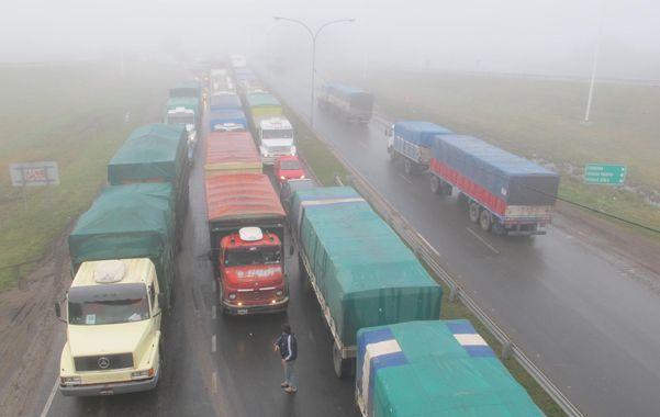 Una nube en la tierra. La espesa niebla con una densidad considerable en sectores de la autopista provocó una visibilidad menor a los 50 metros.