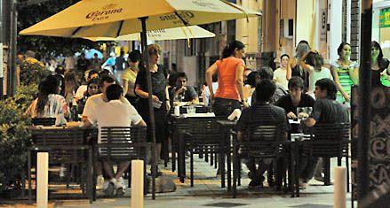 Piden frenar la invasión de mesas sobre las veredas en todo Pellegrini