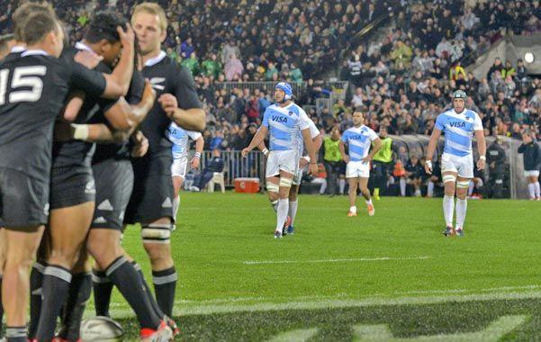 Contraste. Los All Blacks festejan uno de sus tries mientras los argentinos muestran claros gestos de resignación.