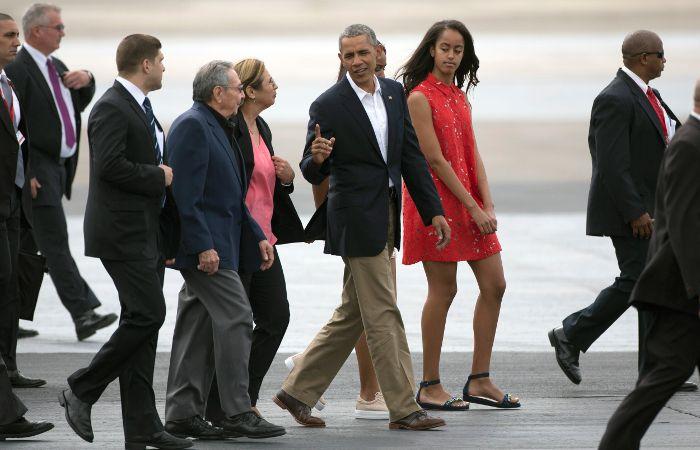 Barack Obama y Raúl Castro caminan por la pista del aeropuerto José Martí.