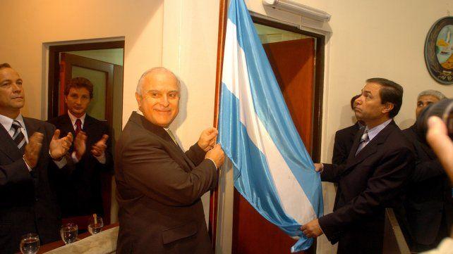 Lifschitz iza la bandera del Concejo en el acto de asunción de su segundo mandato como intendente de Rosario.