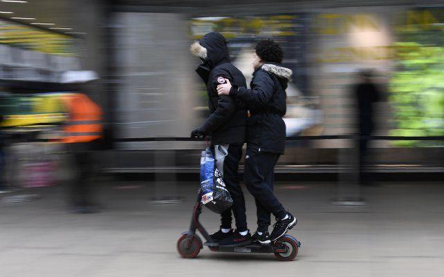 Un scooter eléctrico con dos personas se movilizan por Oxford Street en Londres. Millones de personas en Inglaterra tendrán su primera oportunidad en meses