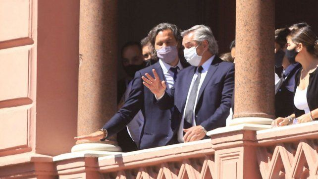 El presidente Alberto Fernández junto al jefe de Gabinete Santiago Cafiero en el balcón de la Casa Rosada.