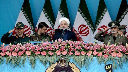 El presidente y clérigo Rohani aparece rodeado de militares durante un acto en Teherán.