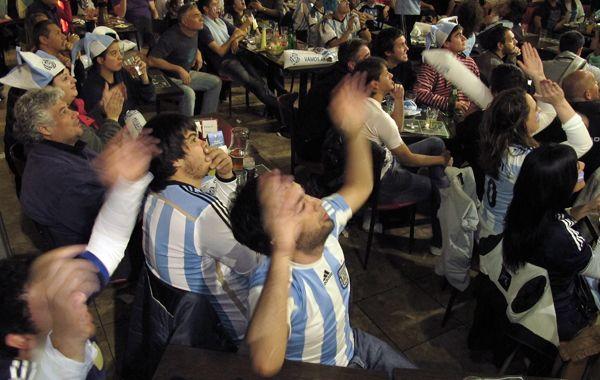 Los rosarinos se volcaron a los bares para darle su aliento a la selección. (Fotos: A. Celoria)