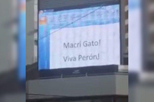 En el barrio porteño de Belgrano se vieron en plena vía pública filmaciones sexuales e insultos al presidente.