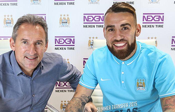 Nicolás Otamendi estampa la firma de su contrato con el Manchester City.