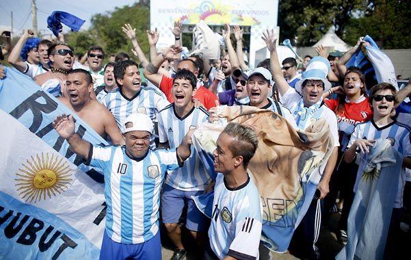 Los criollos hacen un culto de sus banderas cuando de fútbol se trata y las portan como una suerte de documento de identidad.