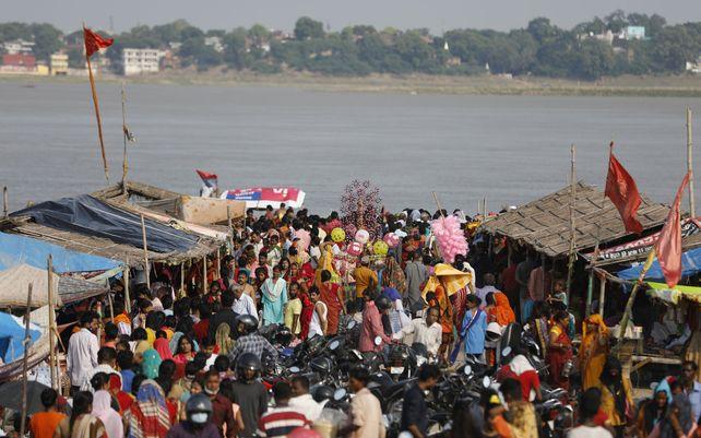 Devotos hindúes se reúnen con motivo del festival Teej en el Sangam, la confluencia de los ríos Ganges, Yamuna y el mítico Saraswati, en Prayagraj, India, el jueves 9 de septiembre de 2021.