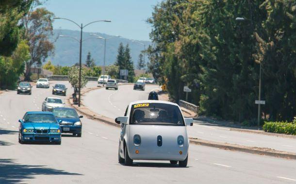 Sorprendente. El coche del gigante informático circulando en una avenida.