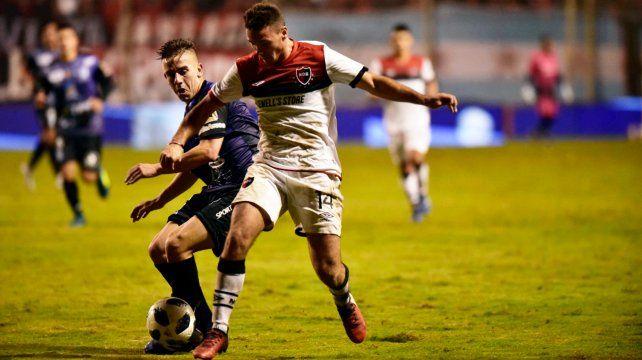 Alexis Rodríguez se la lleva frente a un rival de Deportivo Rincón. Fue en el debut de la edición 2018 y la lepra ganó 2 a 0