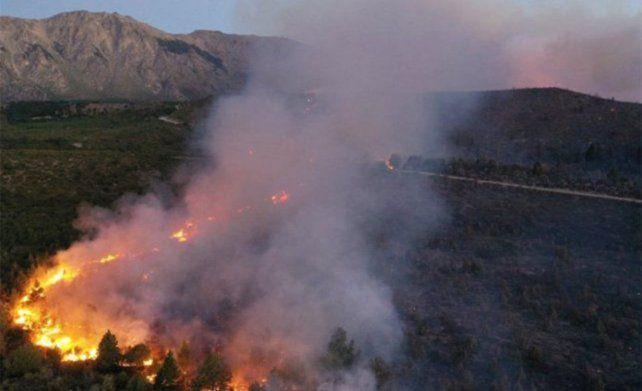 El voraz incendio que arrasa a El Bolsón no se detiene. Unas 6.500 hectáreas fueron afectadas por el fuego.