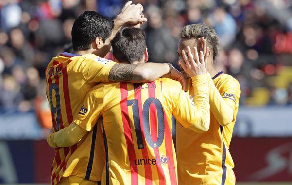 Los implacables. Messi y Neymar saludan a Suárez tras sellar la victoria.