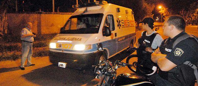 Una ambulancia sale del predio de Francia al 5200 de donde huyeron los presos el 28 de febrero de 2010 en una camioneta de Economato.