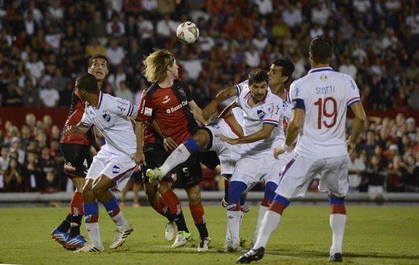 Mateo salta en medio de varios jugadores uruguayos. (Fotos: Sebastián Suárez Meccia)