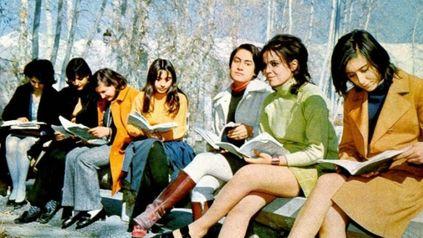 Otra época, otro mundo. Estudiantes universitarias en una plaza de Kabul en los años 60.
