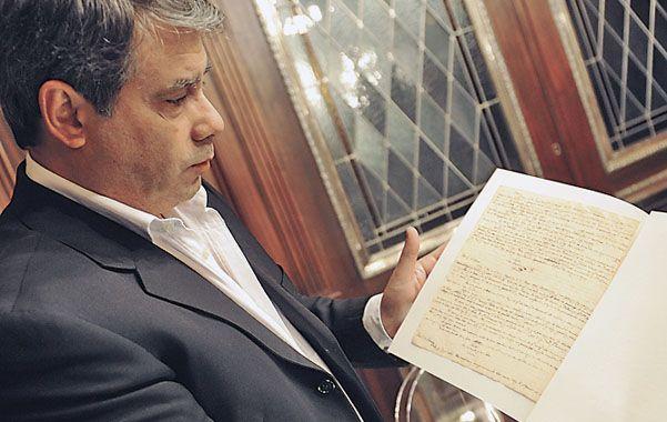 El empresario Guillermo Whpei expone el diario que escribió Belgrano.
