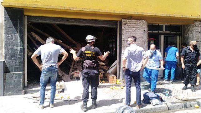 Personal de bomberos zapadores y de Defensa Civil trabajaron en el lugar del derrumbe.