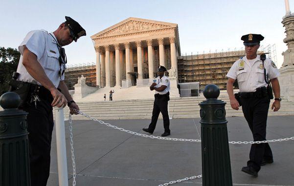Custodiada. El edificio de la Corte Suprema era cercado ayer por personal policial estadounidense.