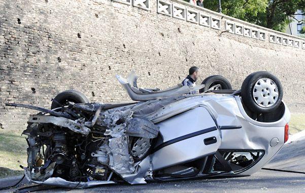 Tragedia. El auto Corsa City quedó destrozado y volcado sobre la calzada.