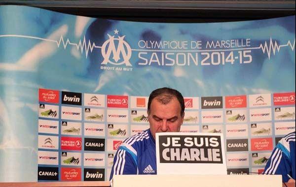 Bielsa habló con los periodistas detrás de un cartel con la leyenda: Je suis Charlie (Yo soy Charlie).