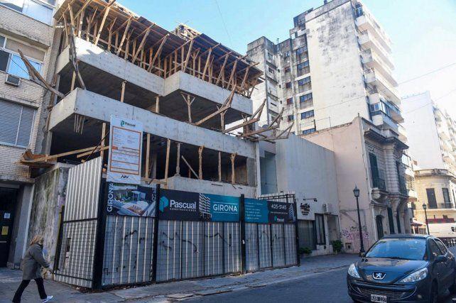 Un operario cayó desde cinco metros mientras trabajaba en un edificio en construcción