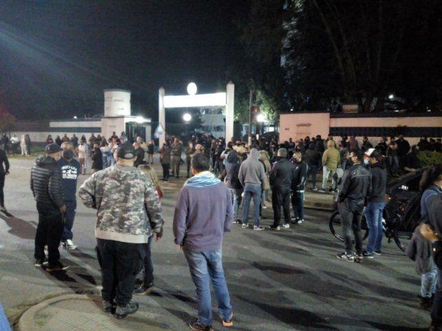 Anoche la gente se aprestaba a acampar frente a los paredones de la Jefatura