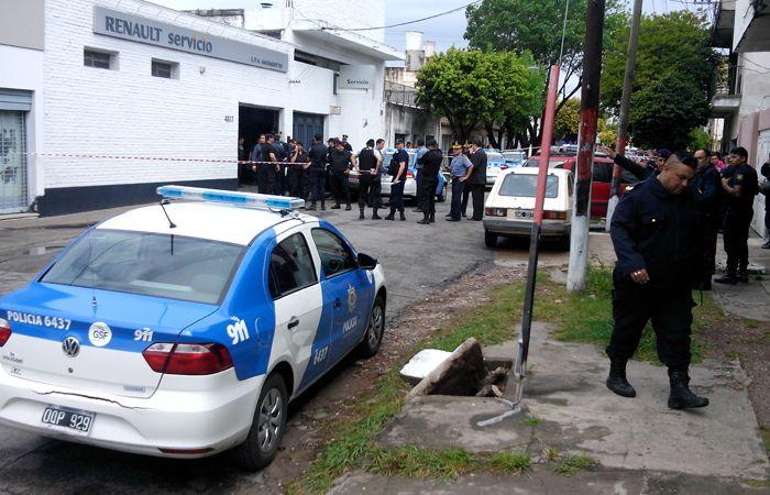 Una gran cantidad de policías llegó hasta el taller donde un compañero resultó abatido en un enfrentamiento. (Foto: A. Amaya)