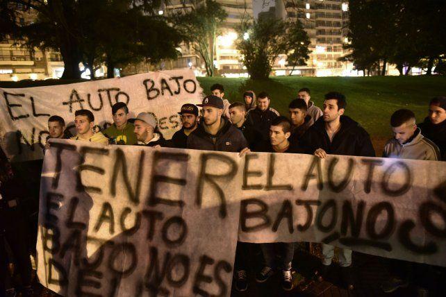 Protesta. Los fanáticos se instalaron en avenida Belgrano.