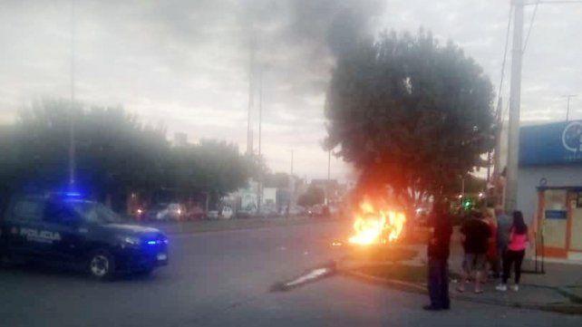 Se incendió un auto en zona oeste: habría sido un ataque de un hombre a su ex