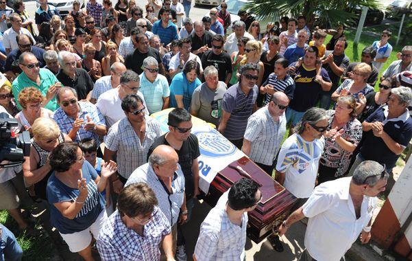 Un nutrido grupo de taxistas acompañó ayer a los familiares de Hugo Camilo hasta el cementerio de Granadero Baigorria. (S.Meccia)