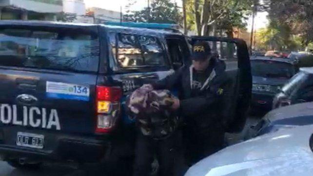 Una de las personas arrestadas en Rosario en el operativo antidrogas.