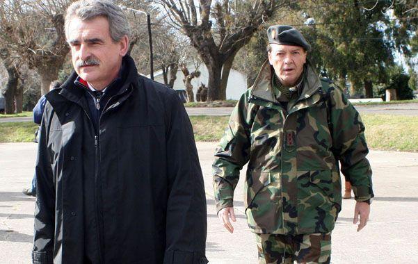 El ministro y el general. Rossi se mostró ayer en público con Milani para dar señales de normalidad.