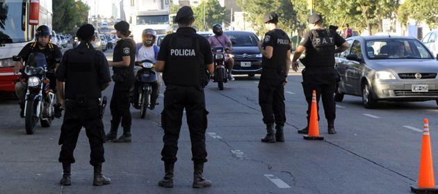 Los agentes que realizan patrullajes de a pie. En barrio Agote