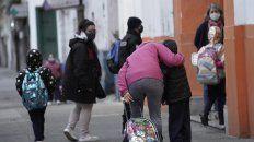 Beso de mamá. Los chicos regresarán a partir de hoy a las aulas y se reencontrarán con algunos de sus pares.