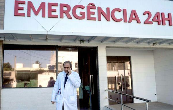 Pionero. El médico Antonio Carlos Bandeira sale del hospital Santa Helena. Allí se trataron los primeros casos.