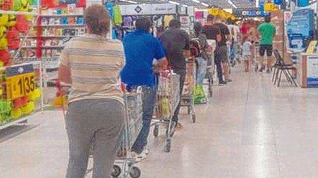 Una constante. Este domingo se vieron largas colas de clientes en los supermercados de la ciudad.