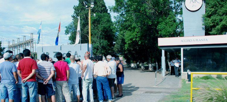 En Asamblea. Los trabajadores de Ar-Zinc se movilizan ante un posible cierre de la planta beltranense.