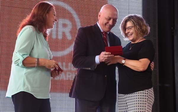 Recuerdo. La intendenta Fein y el gobernador Bonfatti entregaron premios.