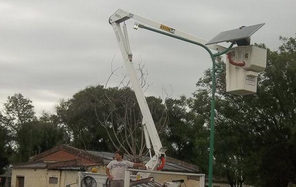 Manos a la obra. Personal municipal de Firmat está instalando los paneles que serán inaugurados en breve.