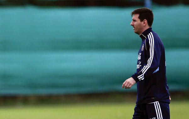 El mejor. Messi camina en el predio de Ezeiza. La Pulga será titular frente a los guaraníes.