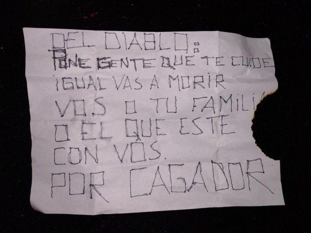 El temible mensaje fue dejado por los agresores que momentos antes balearon la vivienda de Moreno al 6800