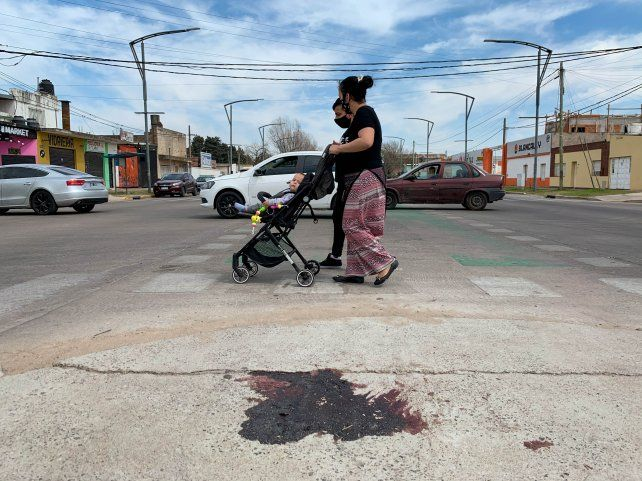 Una mancha de sangre tiñó el pavimento donde cayó malherido Nico Ríos la noche del lunes.