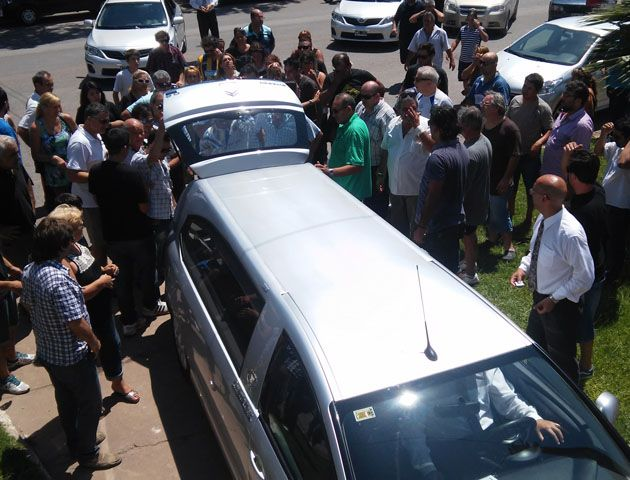El último adiós al taxista estuvo marcada por la emoción y la angustia de sus compañeros. (Foto: S.Meccia)